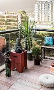 Cantinho zen em varanda com baco rústico e buda