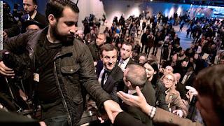 Macron est confronté à une crise qui s'aggrave à cause d'un collaborateur accusé d'avoir battu la manifestation du 1er mai