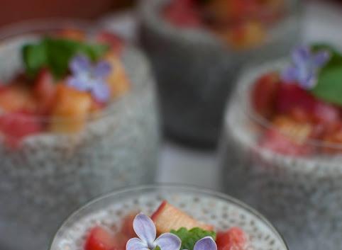 Pudding chia ze smażonym rabarbarem