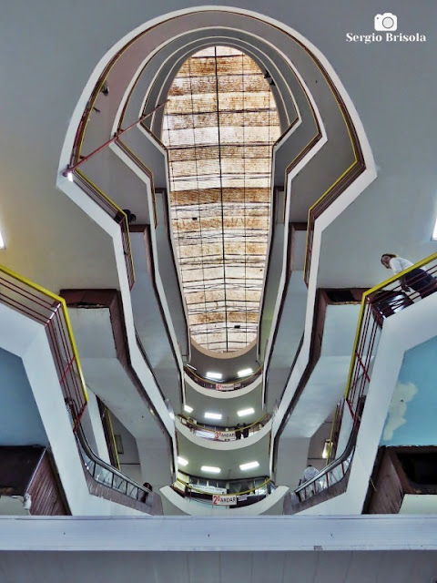 Perspectiva inferior do átrio e claraboia do Centro Comercial Presidente - Centro - São Paulo