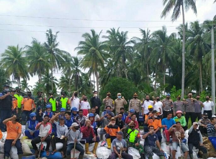 Koramil 01/Ranai Bersama Polres Natuna Serta Instansi Terkait Gelar Gotong Royong Perbaiki Badan Jalan