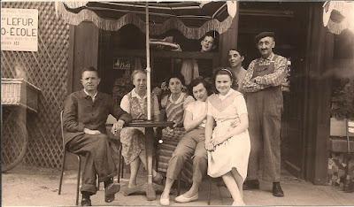 Sur la terrasse de la Taverne Berrichonne à Cour-Cheverny en 1958