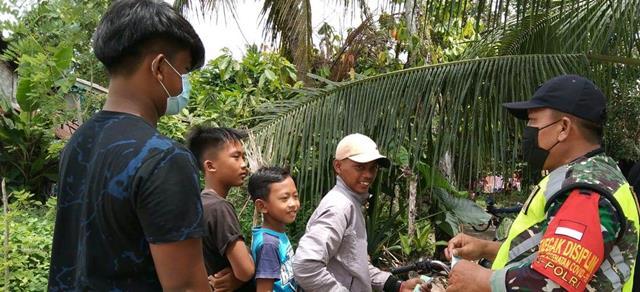 Personel Jajaran Kodim 0207/Simalungun Tegur Warga Tidak Pakai Masker