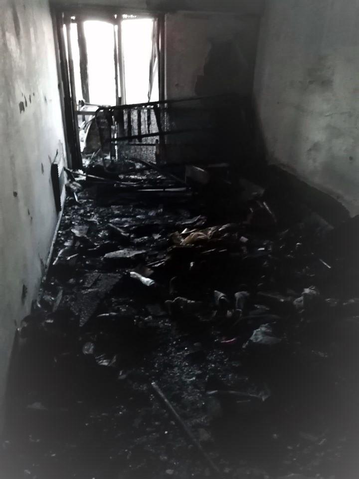Bombeiros de Carcavelos impedem tragédia em edifício mas não conseguem evitar destruição de quarto em habitação