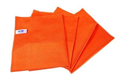 Membersihkan layar dengan kain microfiber