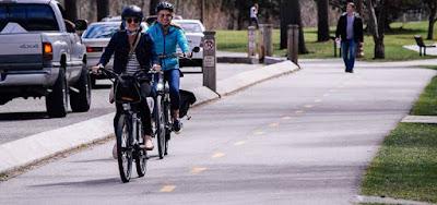 Cuida planeta maneja bicicleta
