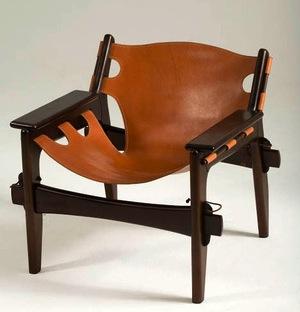 Cadeira feito de estrutura de madeira, sendo que o encosto e assento de couro.
