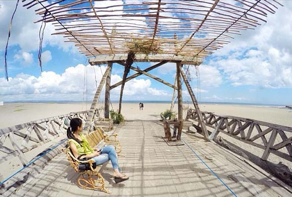 Location of a wooden bridge in the tourist attraction Kayu Putih beach