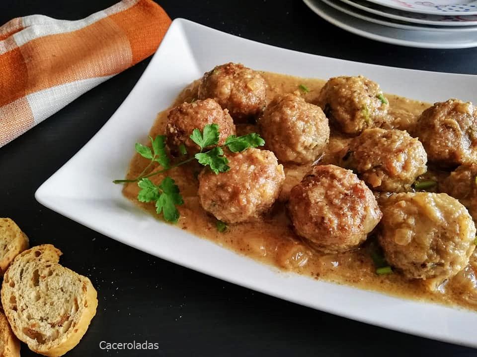 Albóndigas en salsa de cacahuete y cebolla