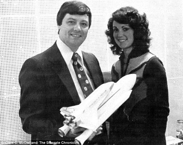 Imagen de McClelland (izquierda) con Judy Resnick (derecha), segunda mujer astronauta estadounidense que murió en 1986 cuando su transbordador Challenger se desintegró a 73 segundos del vuelo.