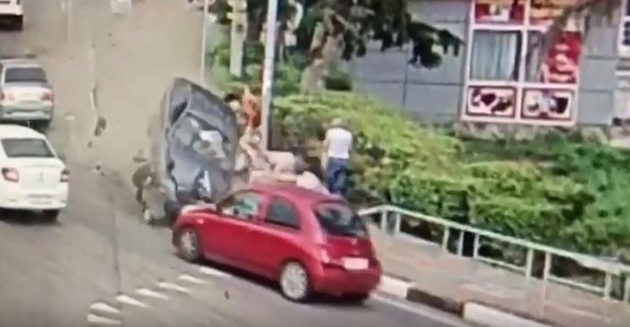 Αυτοκίνητο παρέσυρε πεζούς στο Σότσι. Ένας νεκρός, τρεις τραυματίες – Video ντοκουμέντο