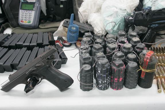 Dois suspeitos de tráfico são presos na Favela de Acari  fe1454b12deb8