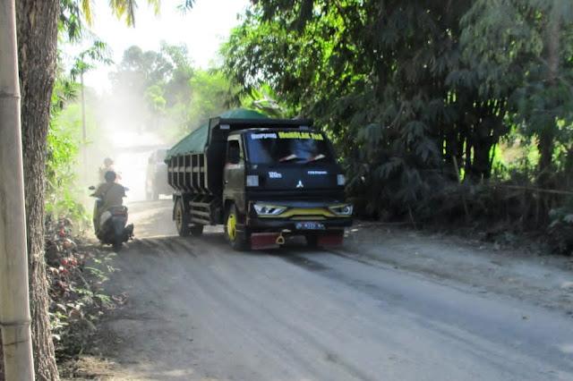 Warga Suryawangi geram, aktivitas Dum Truck dianggap rusak jalan
