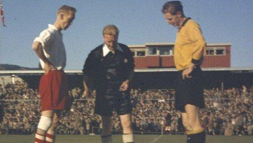 imagem do sorteio de campo e bola antes do jogo na época de ouro do Fredrikstad FK.
