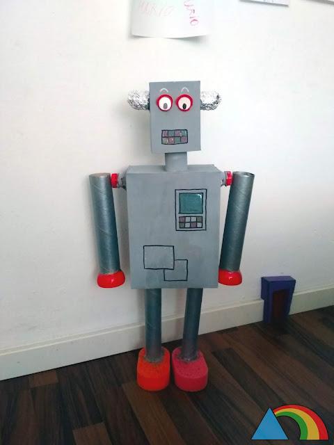 Robot hecho con materiales reciclados: cartones de rollos de papel, cajas de café, bolas de plástico...