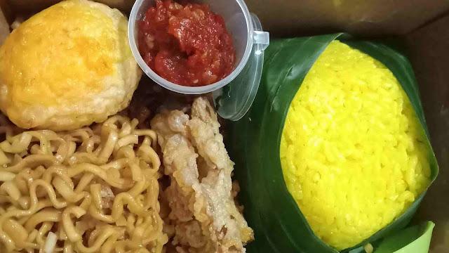 Menikmati-lezatnya-nasi-kuning-happy-morning