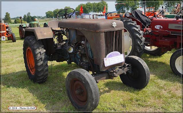 Tracteur Bison de 1953 aux vieilles machines.