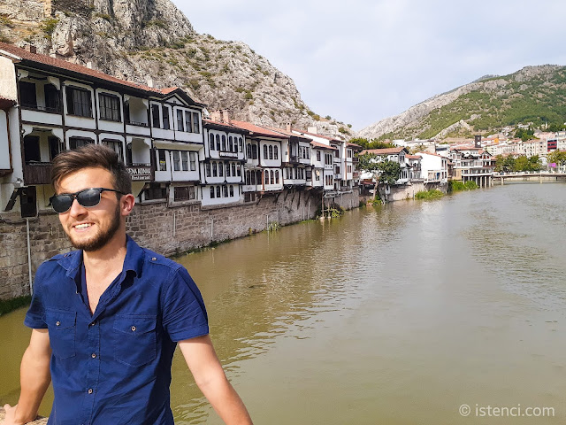 Amasya'da Yeşilırmak Nehri boyunca uzanan tarihi Osmanlı evleri ve Harun İstenci