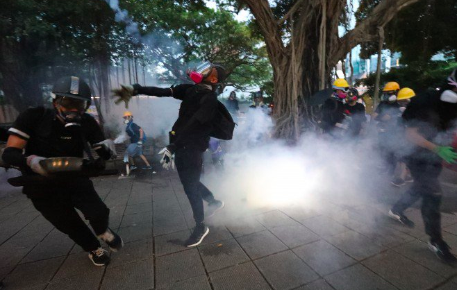 Bentrokan Kembali Terjadi di Tsim Sha Tsui, Seorang Wanita Terluka Dengan Darah Mengucur dari Kepalanya