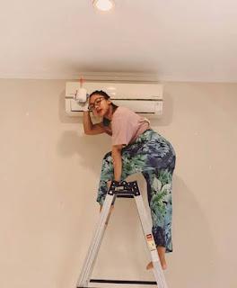 Marion Jola sedang cat rumah