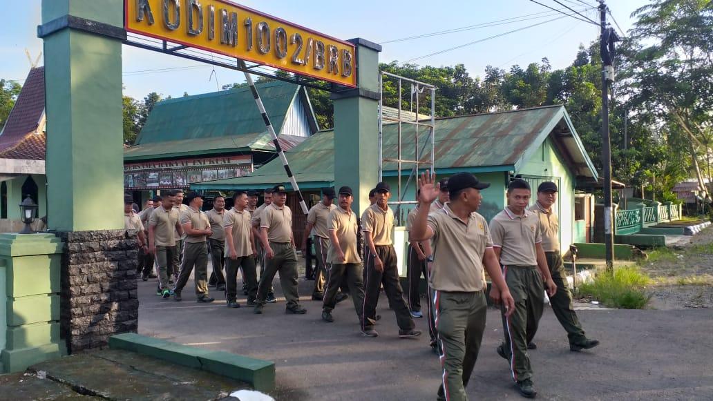 Anggota Kodim 1002/Barabai Jalan-Jalan di Kota Barabai