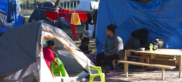 Solicitantes de asilo en el campamento de Matamoros, en México, a la espera de sus audiencias de inmigración.UNICEF/César Amador