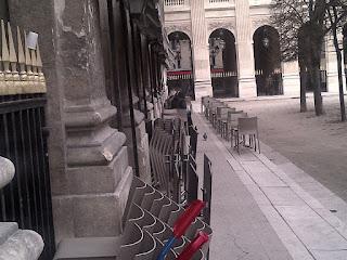 Autre terrasse de brasserie avec comptoir dans la galerie. Palais Royal Jardins
