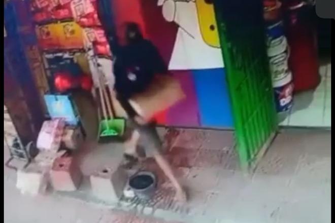 Terekam CCTV, Aksi Pria di Bone Curi Minyak 1 Dus