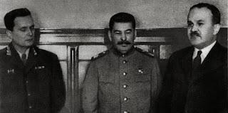 Una foto ritrae Tito, Stalin e Molotov.