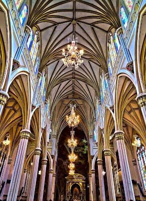 Interior do santuário com a imagem miraculosa no fundo