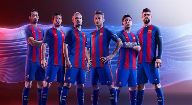 Pemain Barcelona memakai jersey Barcelona Home 2016-2017