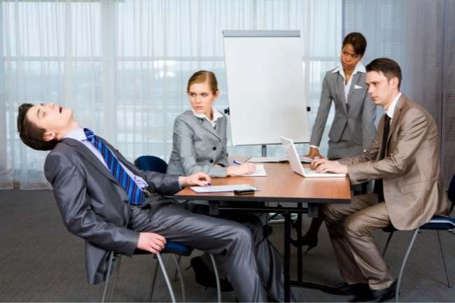 Camarada dormindo na reunião de negócios