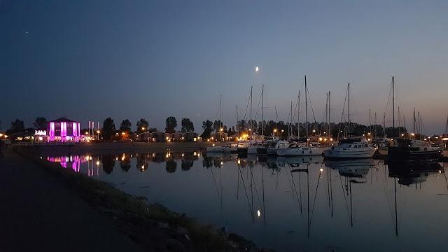 Der Hafen bei Dunkelheit
