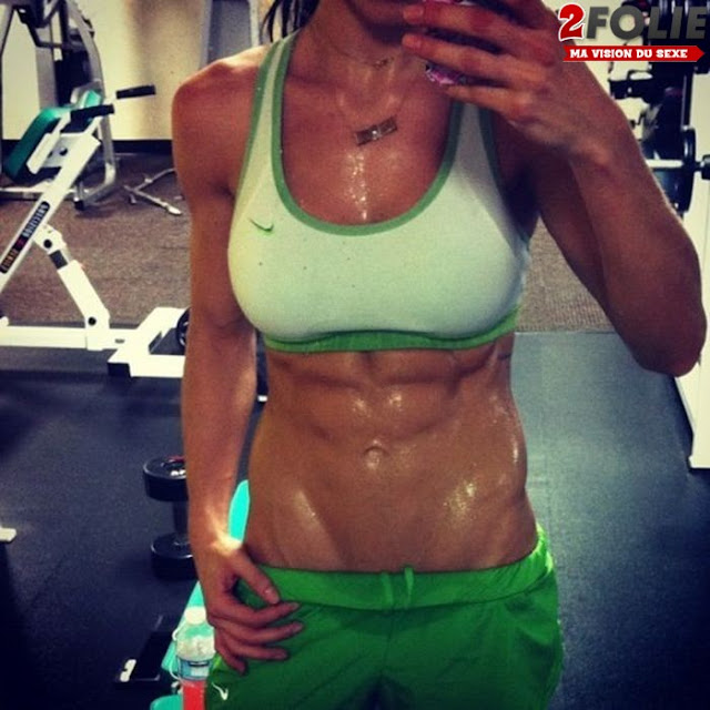 Sportive-Girl-Abs-Showoff