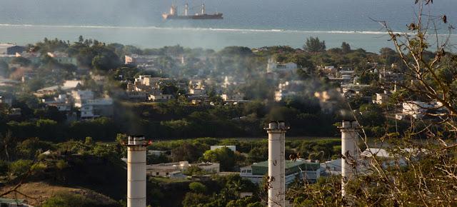 Una planta de energía en Mauricio genera emisiones de gases de efecto invernadero.UNDP Mauritius/Stéphane Bellero