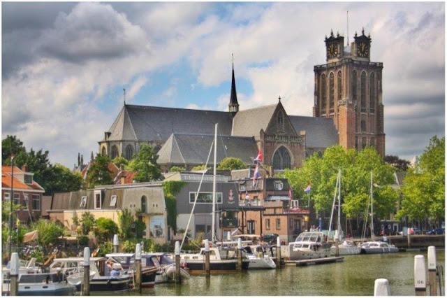 Grote Kerk y canal con barcos en Dordrecht