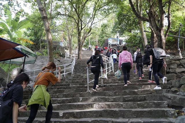 Những bậc thang đá cao, có sức khỏe mới đi nổi