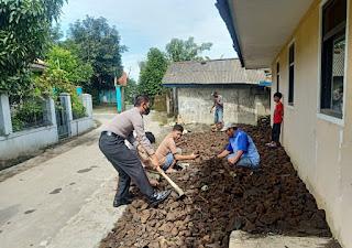 Wujudkan Lingkungan Bersih, Bhabinkamtibmas Polsek Rajagaluh Bersama Warga Melaksanakan Gotong Royong