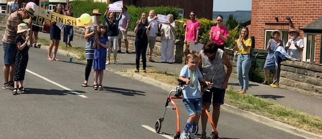 Ένα 9χρονο παιδί με αυτισμό και εγκεφαλική παράλυση έτρεξε σε μαραθώνιο και βραβεύθηκε από το BBC
