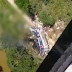 Ônibus de turismo cai de ponte em Minas Gerais; 40 pessoas estavam no veículo