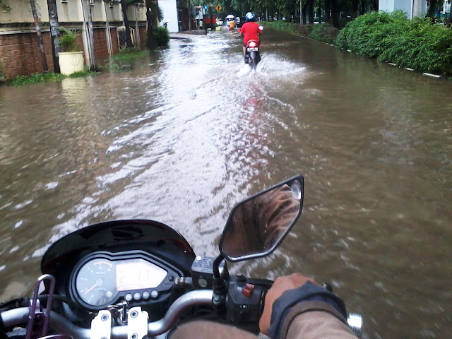 banjir with bajaj pulsar