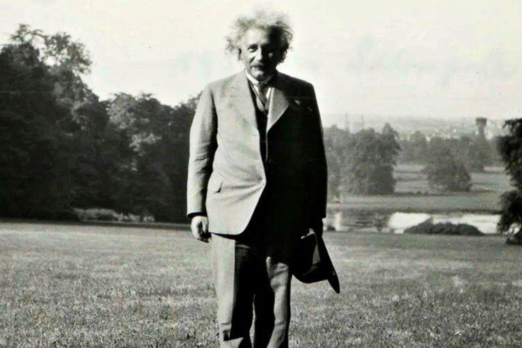 Einstein düşüncelerini geliştirmek için günlük yürüyüşler yapardı, yürümek yeni fikirler bulmasını sağlıyordu.