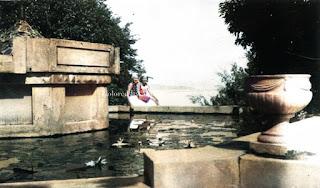 dua orang wanita warga dengan latar belakang danau toba