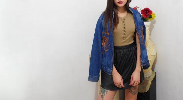 Saia de couro e jaqueta jeans bordado