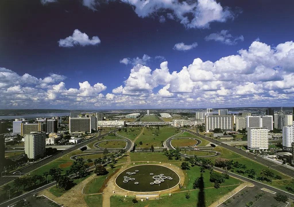 Em 1956, antes mesmo da inauguração de Brasília, o lugar mais alto do quadrilátero demarcado como Distrito Federal se tornou a Praça do Cruzeiro, a 1.172 metros de altitude.