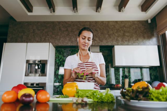 Não coma em frente à TV, cozinhe mais em casa, mantenha a cozinha organizada, peça comida antes de a fome bater, vá de proteína o dia todo e beba chá e café puros.
