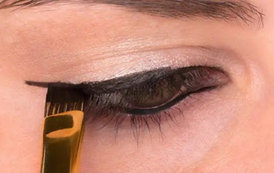 How to make a perfect eyeliner draw very easy steps