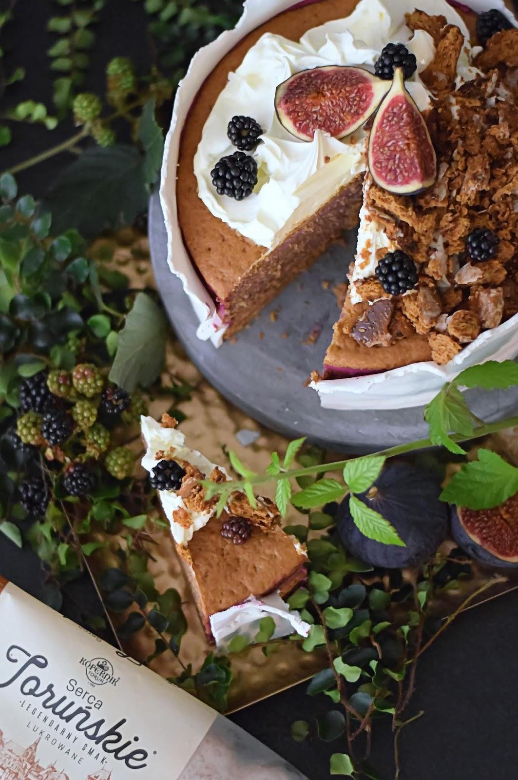 Rustykalny Tort Z Piernikową Nutą I Kremem Z Czarnych Owoców
