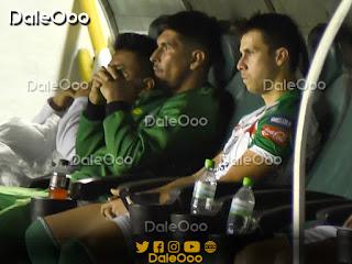 Oscar Ribera en el banquillo después que lo haya sacado Mauricio Soria a la media hora de su ingreso - DaleOoo