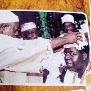 Throwback Photo of MKO Abiola and Oba Oyekan At The Crowning of Bola Tinubu As Asiwaju Of Lagos